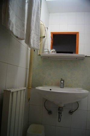 Hotel Gloria: Bathroom