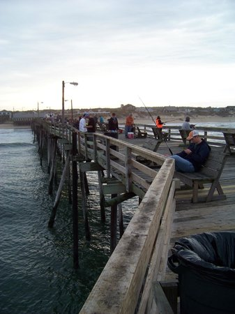 Colonial Inn: fishing on the pier