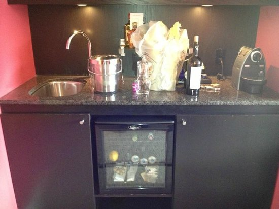 Opus Hotel: The wet bar