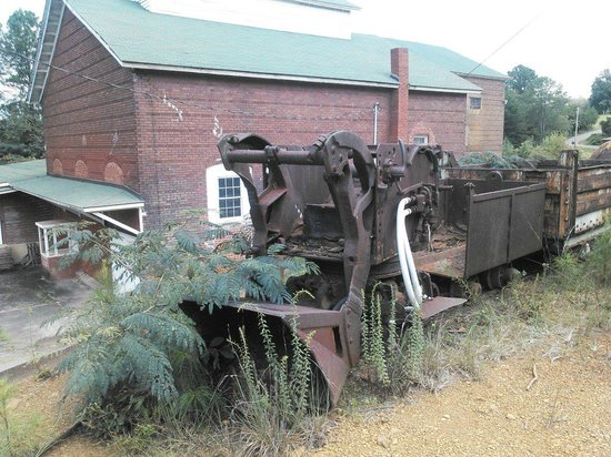 Ducktown Basin Museum: Old mining equipment