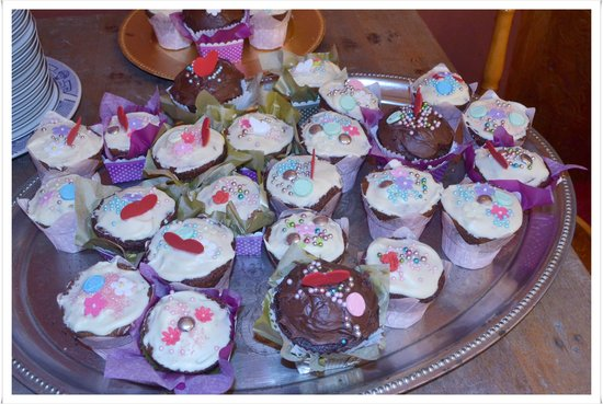 Her Majesteas Salon: special ordered cupcakes