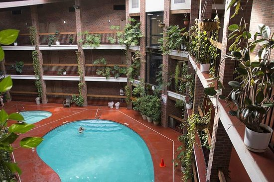 Baymont Inn & Suites Cortez: Atrium and pool area