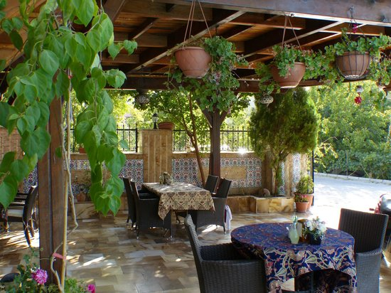 Melrose House Hotel: Outdoor eating area
