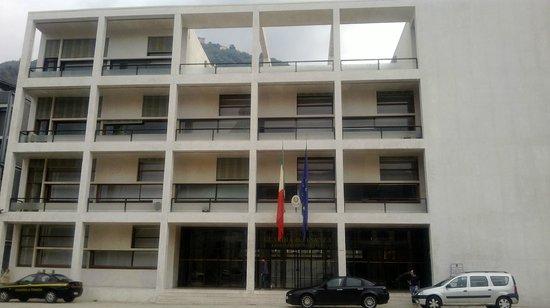 Ex Casa del Fascio: la facciata del Palazzo con il terrazzo