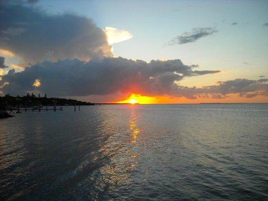 Kona Kai Resort, Gallery & Botanic Garden: Key Largo Sunset out on the beach