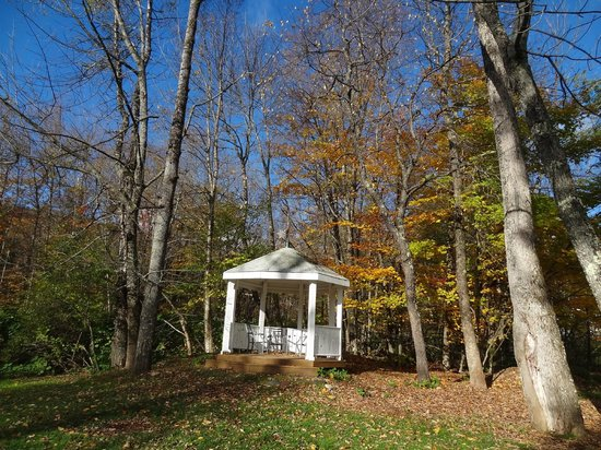 Northern Lights Lodge: Gazebo in grounds