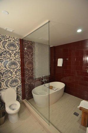 Kimpton Hotel Monaco Philadelphia: Bath of Suite 801