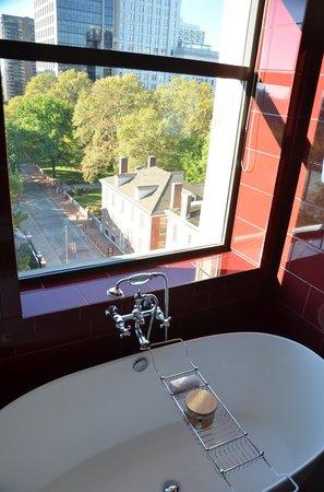 Kimpton Hotel Monaco Philadelphia: Soaking Tub in Suite 801