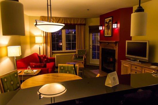 Residence Inn Mont Tremblant Manoir Labelle: Sala e a porta dá para uma sacada com confortáveis cadeiras.