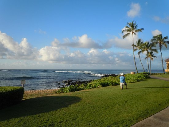 Sheraton Kauai Resort: View from the walkway on the west side of the hotel