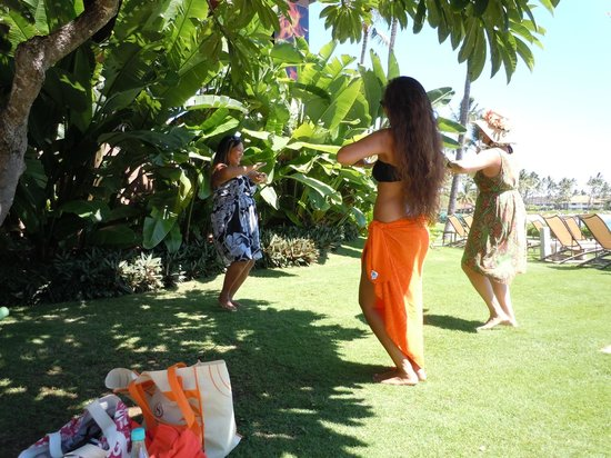 Sheraton Kauai Resort: Hula class on the hotel grounds....