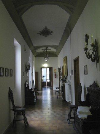 Sanctuary Firenze : Hallway with original antique furniture