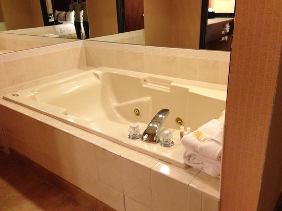 Holiday Inn Hotel Summit County: Soaking tub in Suite