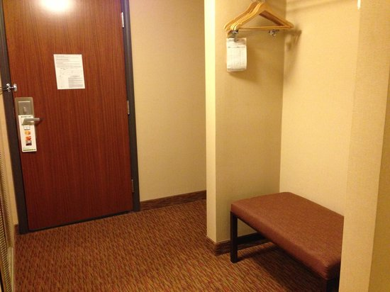 Holiday Inn Frisco - Breckenridge: Suite entrance/closet area