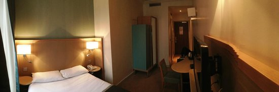 Hotel Corona Opera: 部屋にはクローゼットもあります