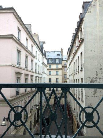 Hotel Corona Opera: 部屋からの眺めは凡庸としていますがパリに暮らしているようです