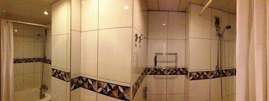 Hotel Corona Opera: バスルームのパノラマ風景