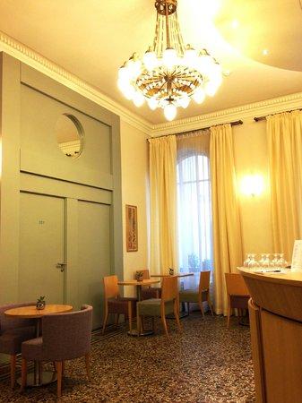 Hotel Corona Opera: ロビーはきれいに改装されていて居心地は良いと思います