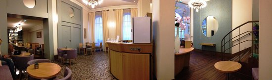 Hotel Corona Opera: ロビーフロアは小さいながらも居心地が良い作りになっています