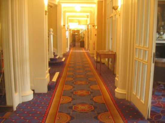 Hallmark Hotel Bournemouth Carlton: Hallway to Dining Room