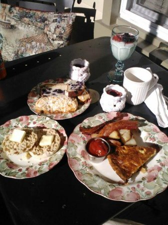 Manheim Manor Victorian Bed and Breakfast : Breakfast! What a spread!