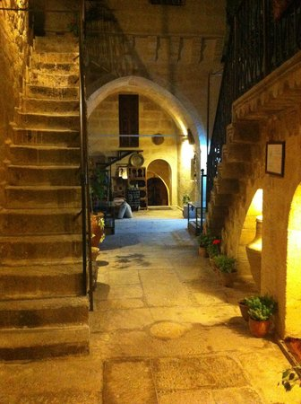 Hotel Cave Konak : Hotel courtyard