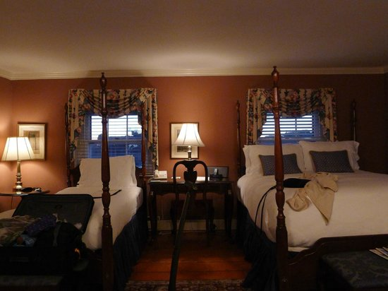 Francis Malbone House Inn: Top floor corner room.
