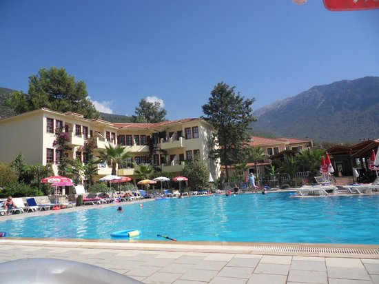 Celay Hotel : LARGE UNCROWDED POOL