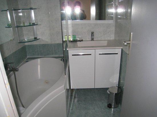 Hotel Le Mottaret: cuarto de baño de la habitaciopn reformada