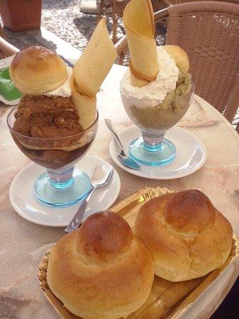 Bar del Tocco , di Rinaldis Giuseppe: Granita al caffé e al pistacchio, con panna e brioches