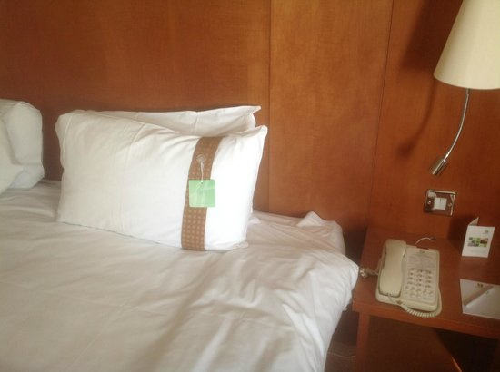 Holiday Inn: Bedside no clock radio.  Did have choice of pillows -firm or soft