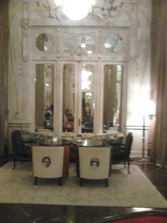 Savoy Hotel: sillones con fotos de personajes del mundo artístico y político
