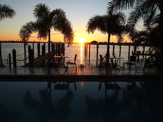 Pasa Tiempo Private Waterfront Resort: Pool Area View Sunrise