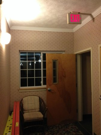 Handys Extended Stay Suites: Fire door left open