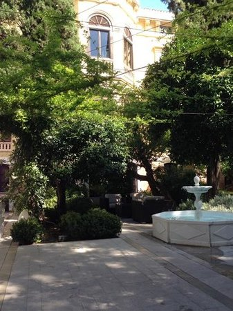 Hospes Palacio de los Patos: Courtyard where lunch and dinner are served