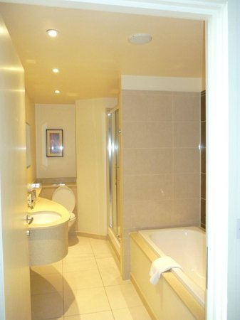 Macdonald Manchester Hotel & Spa: Super big Bathroom, powerful shower.