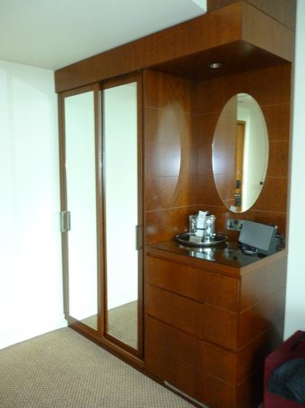 Macdonald Manchester Hotel & Spa: Big wardrobe with ironing board and trouser press, kettle, hairdryer, glasses and ice bucket.