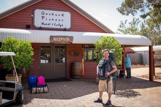 Outback Pioneer Hotel & Lodge, Ayers Rock Resort: Em frente à recepção do albergue