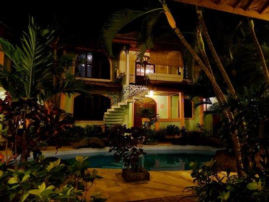 Villa Puri Royan: Территория отеля вечером
