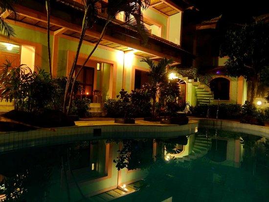 Villa Puri Royan: отель вечером