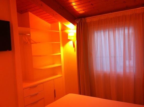 Hostal Rimbombin: Algunos armarios de nuestra habitación