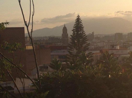 Hotel Monte Victoria: Aussicht am Abend auf Malaga