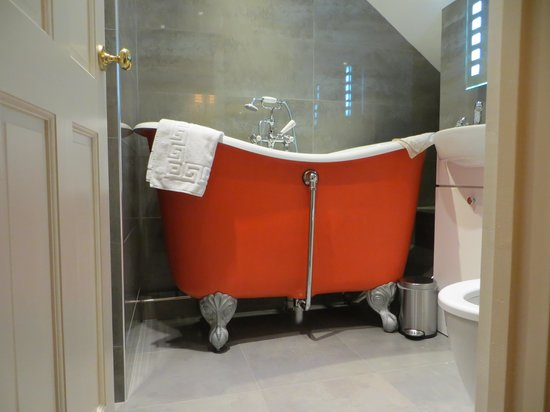 The Rising Sun Hotel: The quirky bath in room 9