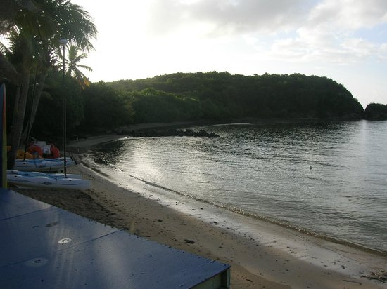 Bolongo Bay Beach Resort: View of Beach looking east
