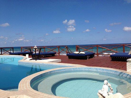 Casa Ixchel: La alberca es y la vista son divinas, el sonido de las olas del mar es de lo mas relajante.