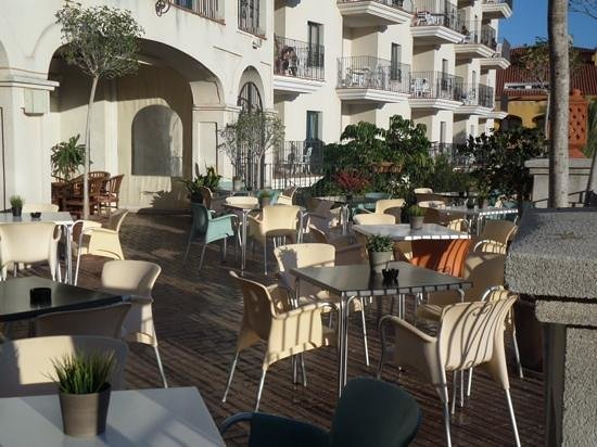Hotel & Spa Benalmadena Palace: terrace bar, lovely to sit on an evening