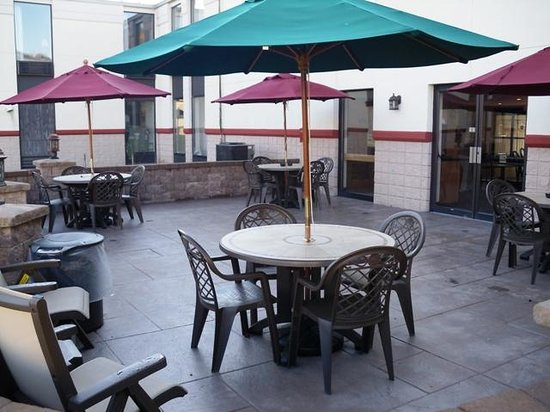 QUALITY INN & SUITES: Outdoor seating