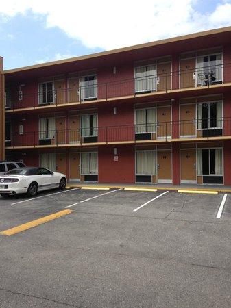 Travelodge Orlando International Drive : São três andares de apartamento