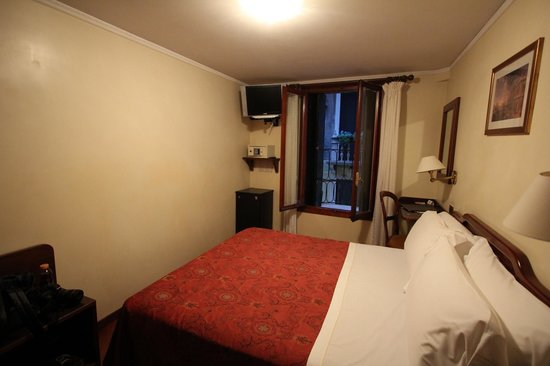Hotel Ala - Historical Places of Italy: Simple but very nice and clean room