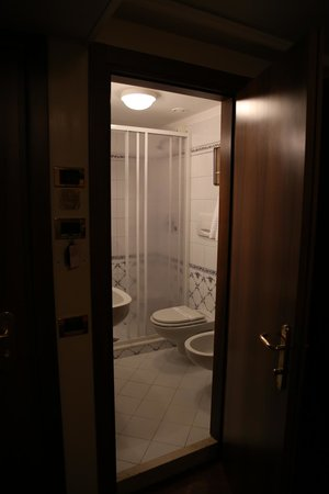 Hotel Ala - Historical Places of Italy : Bathroom